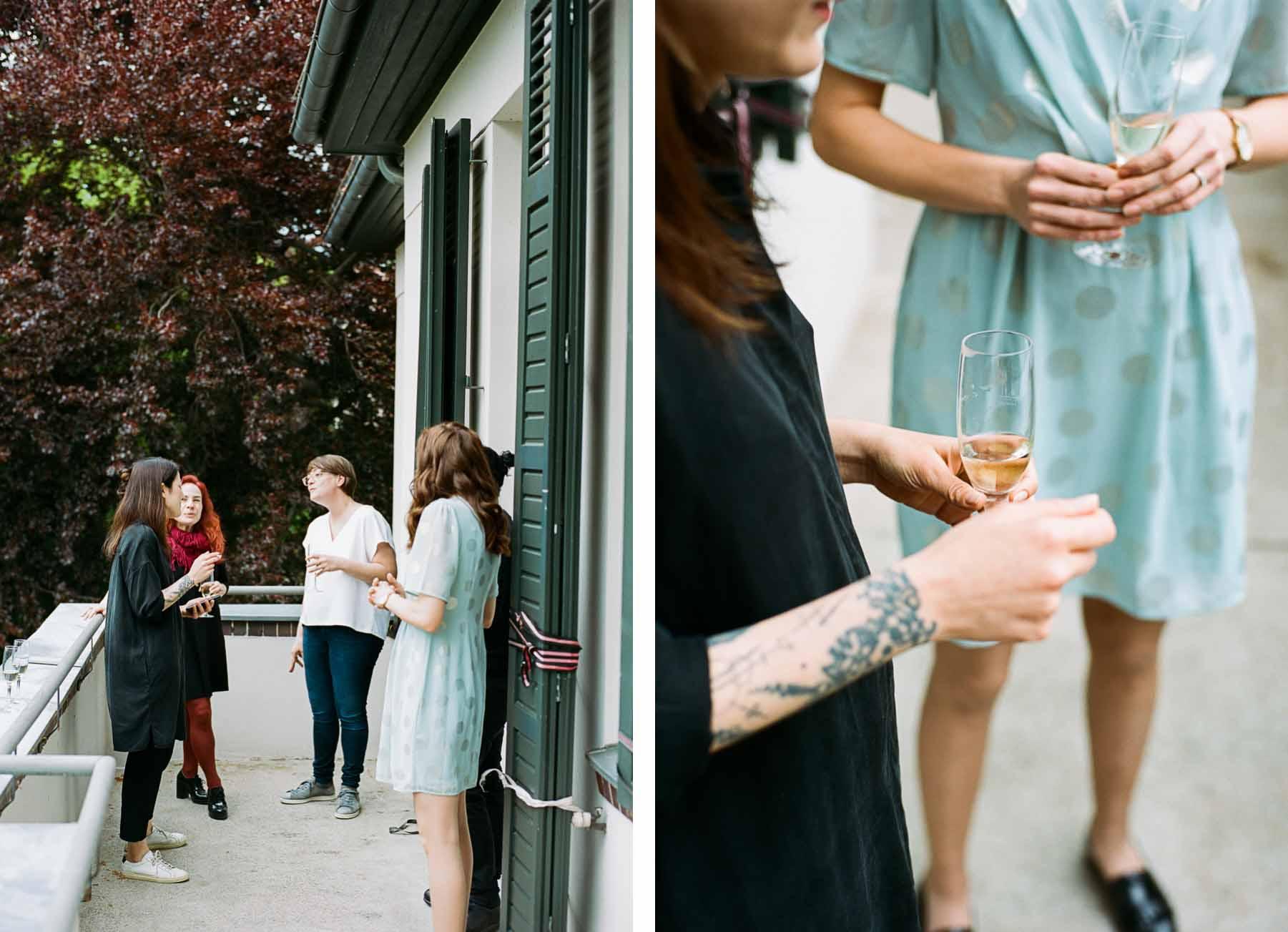 Braut und beste Freundinnen trinken Sekt