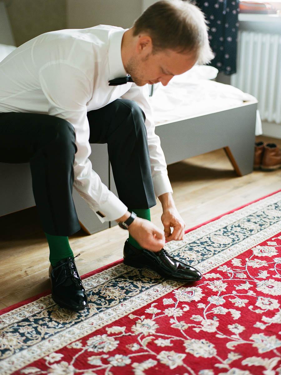 Bräutigam beim Schuhe anziehen