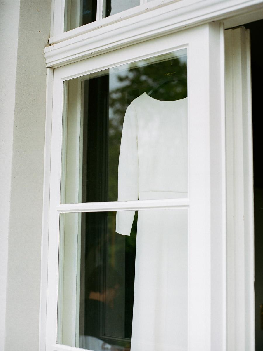 Brautkleid hängt in Fenster