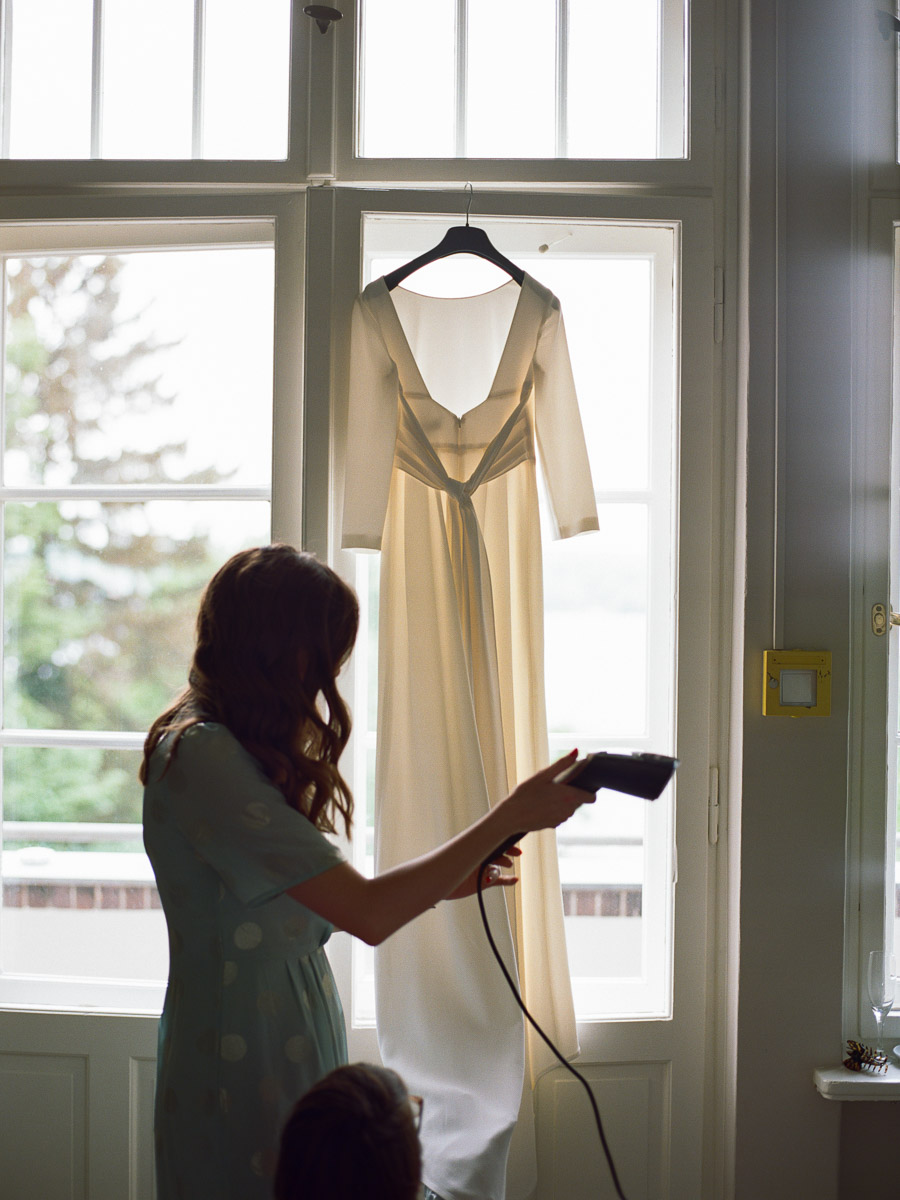 Trauzeugin mit Brautkleid in der Villa Blumenfisch