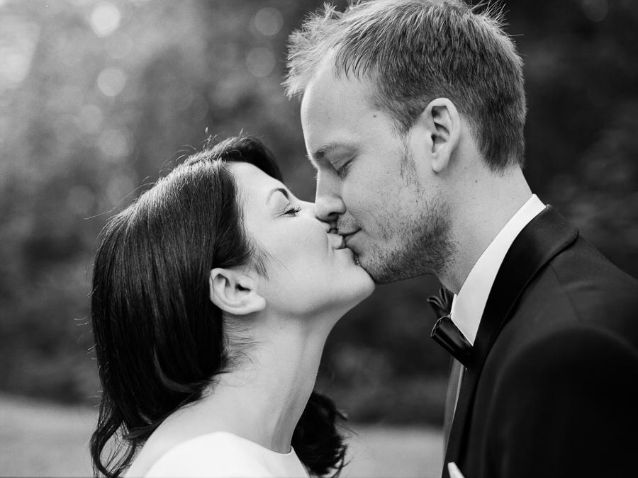 Intensiver Kuss von Braut und Bräutigam