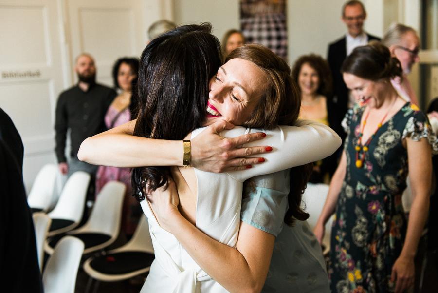 Trauzeugin und Braut umarmen sich