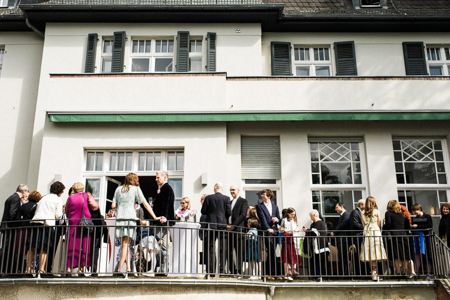 Hochzeitsgesellschaft feiert in der Villa Blumenfisch