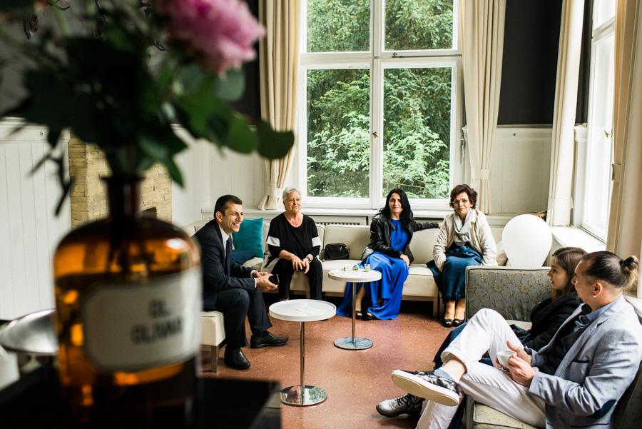 Hochzeitsgäste in der Lounge der Villa Blumenfisch
