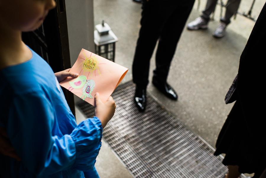 Kind bringt selbstgebasteltes Hochzeitsgeschenk