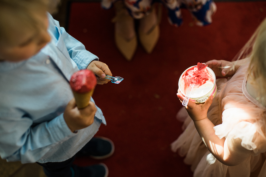 Kinder essen Eis auf Hochzeit