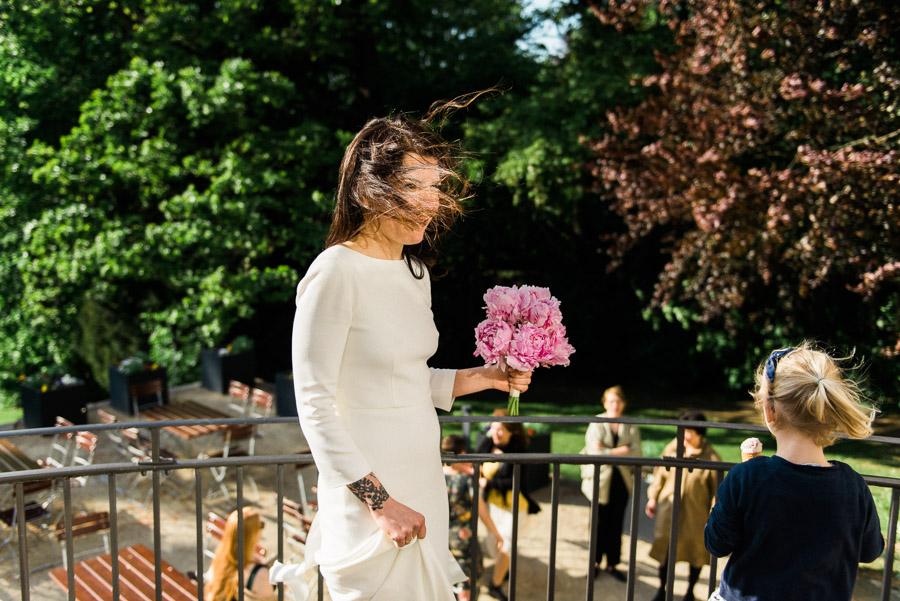 Brautfrisur vom Wind zerzaust