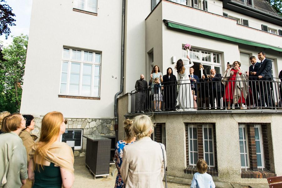 Braut wirft Strauss an der Villa Blumenfisch