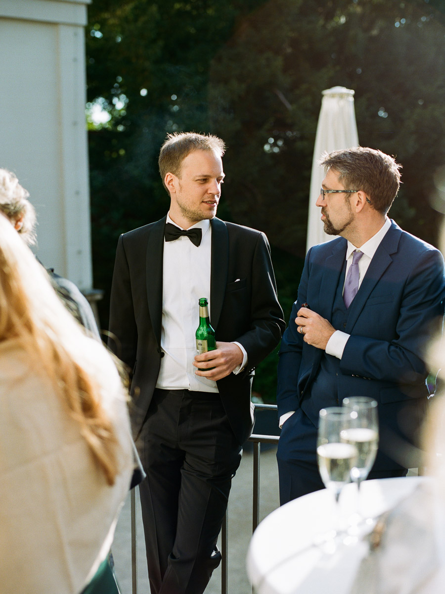 Bräutigam und Freund unterhalten sich