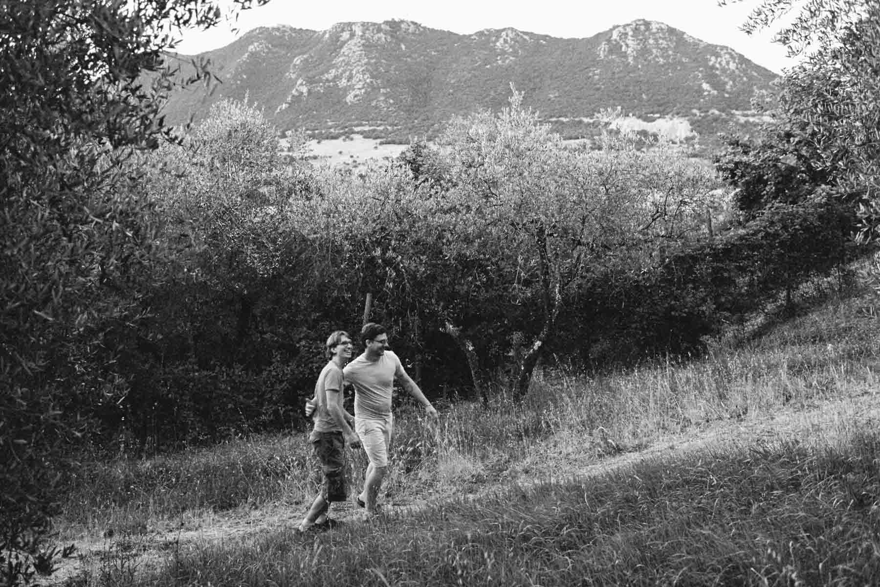 Hochzeitspaar rennt durch Olivenhain