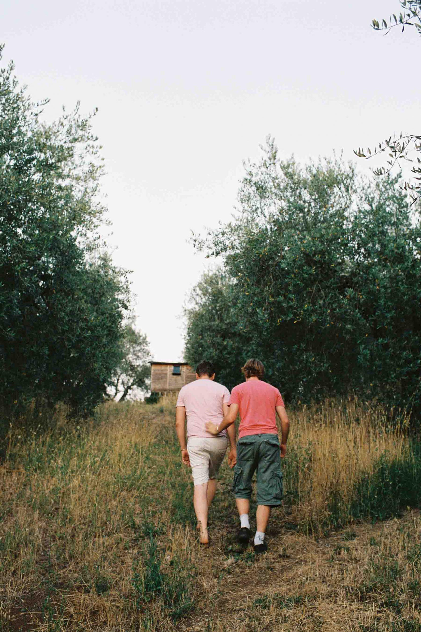 Junges Paar beim Hochzeitsshooting